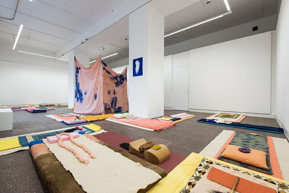 J&K, Hug Tuck Fold Pack - stage 1, installation view, TURM TURM TURM (with works of Stephanie Keitz in the background), Galerie im Turm, 2016, photos: Christoph Assmann